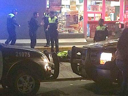 El oficial muerto quedó en la banqueta de la tienda de autoservicio con un disparo en la cabeza.