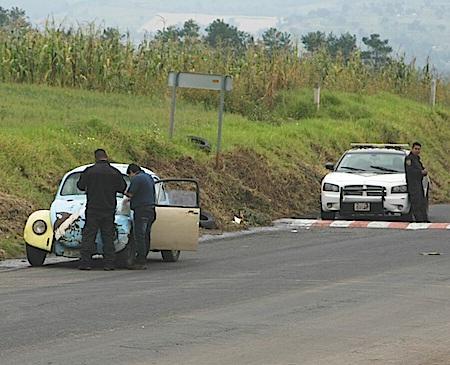 Elementos de la CES detienen automóvilistas en la carretera federal México - Cuautla.