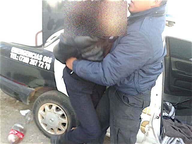 Grupo criminal amarra y golpea a policía; también dejan cartulina con amenaza en Edomex