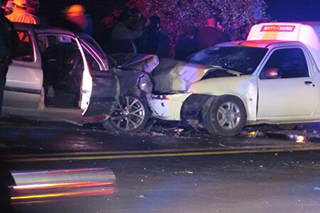 El auto Golf invadió el carril contrario y causó el accidente.