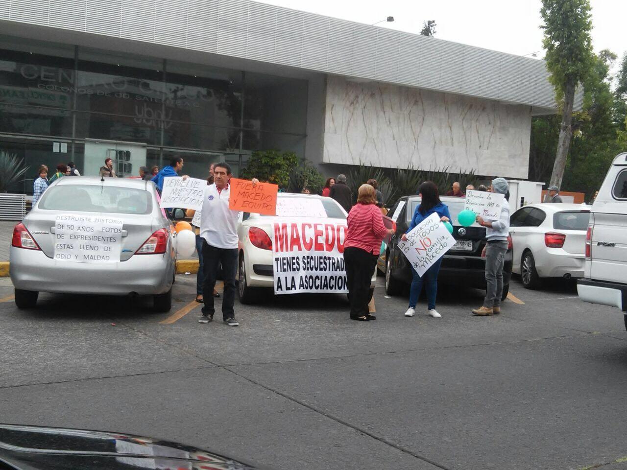 Los manifestantes están en desacuerdo con la dirigencia.