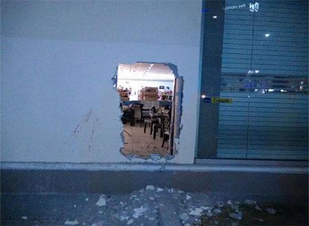 Los delincuentes entraron y huyeron por el boquete en la pared.