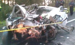 Mueren tres personas por choque entre auto y camión de pasajeros en Edomex