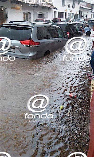 Autos quedan atrapados por inundación en Valle de Bravo