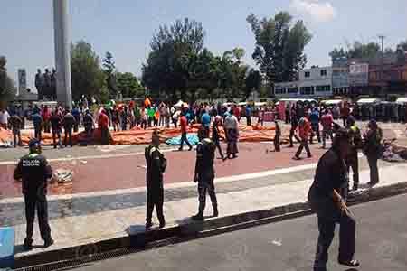 Los manifestantes se mantienen en la zona.