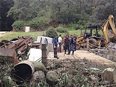 Deslave de tierra arrastra un microbús y dos automóviles en Huixquilucan