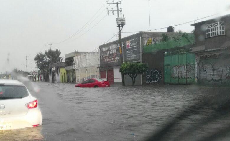 Vehículos atrapados y casas inundadas deja fuerte aguacero en Ecatepec