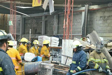 Bomberos continúan en el sitio removiendo escombros.