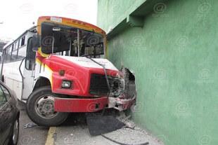 Vecinos afirmaron que a diario circulan camiones a exceso de velocidad..