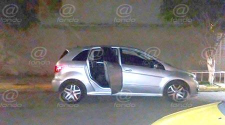 Los vecinos llamaron a emergencias a l ver a los hombres heridos en el auto.