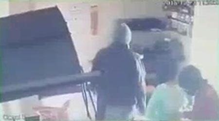 Los sujetos amagaron con un arma blanca a la empleada.