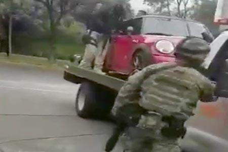 El auto fue custodiado por hombre fuertemente armados.