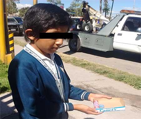 El pequeño afirmó tener permiso de sus padres por ir bien en la escuela.
