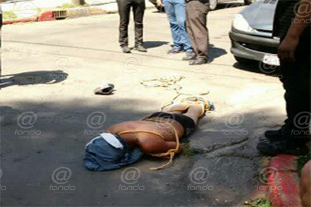 El hombre fue rescatado minutos más tarde por policías.
