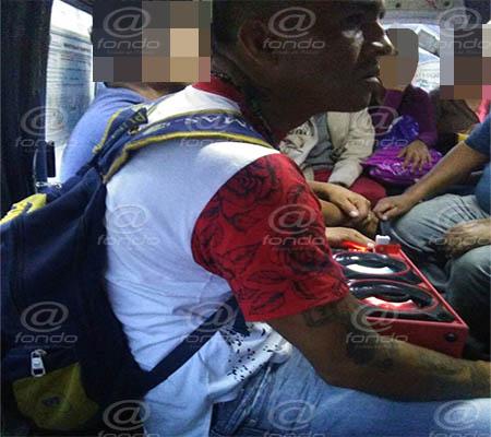 El delincuente sube con bocinas para evitar que escuchen a los pasajeros.