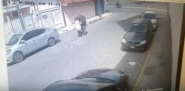 Los delincuentes pedían a la mujer que subiera al auto.