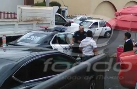 El oficial sacó su arma y retó a los jóvenes.