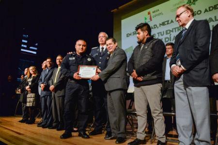 El alcalde premió a policías destacados durante el evento.