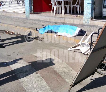 El hombre cayó tras recibir dos disparos.