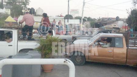 En las pocas gasolineras que hay combustible hacen largas filas.