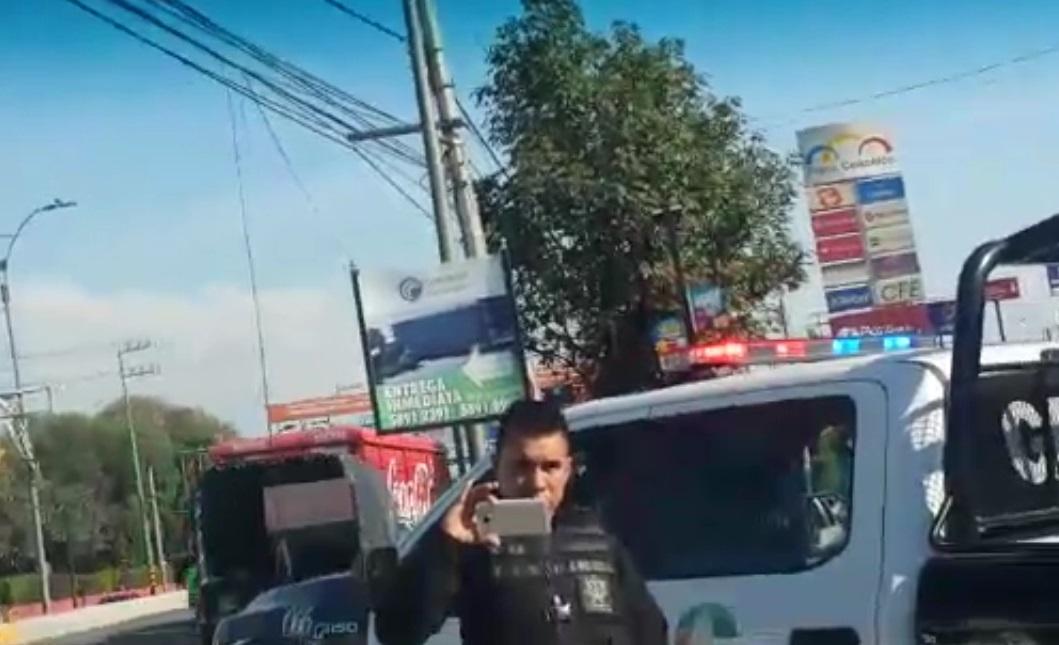 Uno de los oficiales grabó y fotografió a la pareja a modo de intimidación.