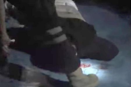 El hombre quedó inconsciente y severamente herido.