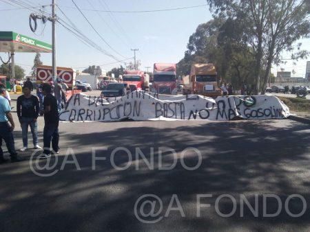 Transportistas bloquean carretera