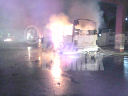 El camión quedó completamente quemado.