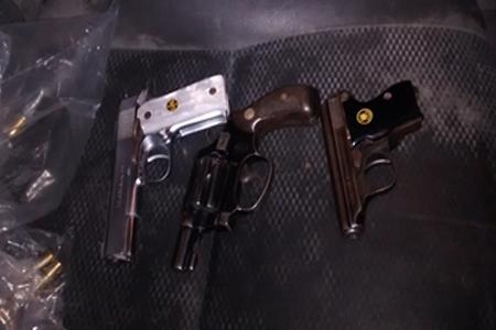 Dos escuadras y un revólver fueron encontradas escondidas en la camioneta