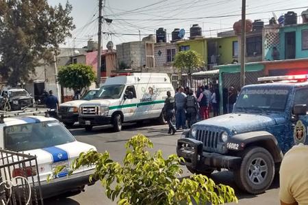 Al interior de la casa marcada con el 52-B en la Avenida Águilas quedaron los cuerpos de una mujer, si hija y un vecino